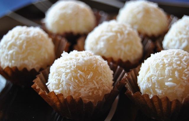 Кокосови трюфели с бял шоколад и лешници - 30 бр.