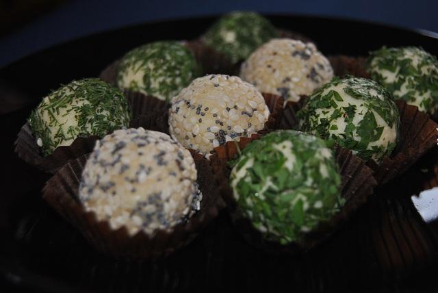 Кашкавалени трюфели с микс от семена и зелени подправки - 30 бр.