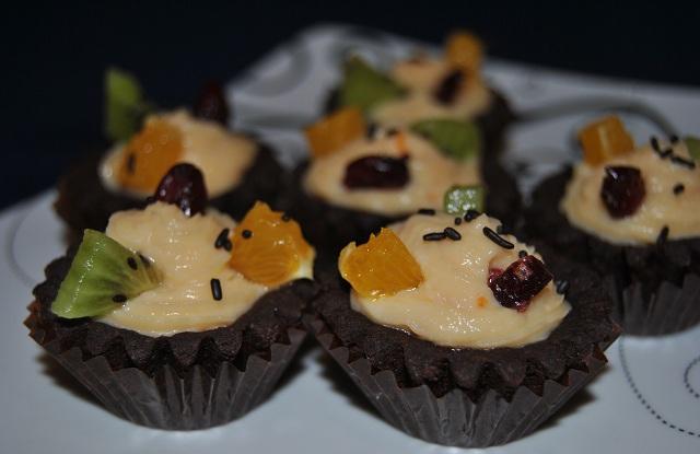 Шоколадови тарталети с портокалов крем и плодове - 30 бр.