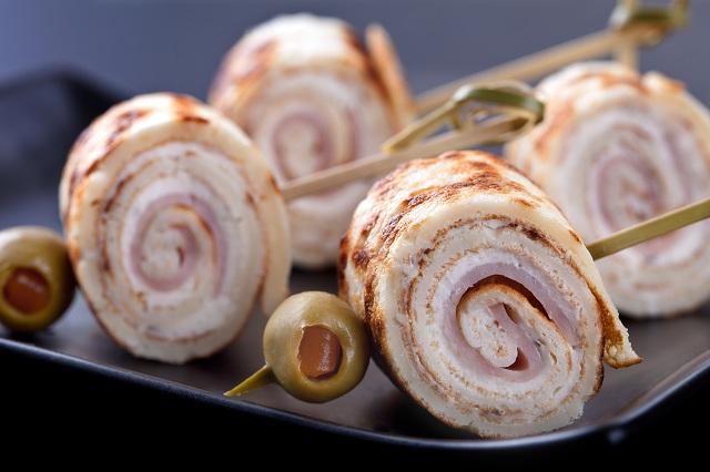 Мини палачинкови рула с мус от крема сирене и мащерка и пражка шунка - 30 бр.